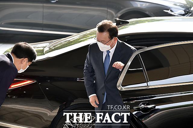 김 총리가 14일 오전 서울 종로구 세종대로 정부서울청사로 첫 출근하고 있다. /임영무 기자