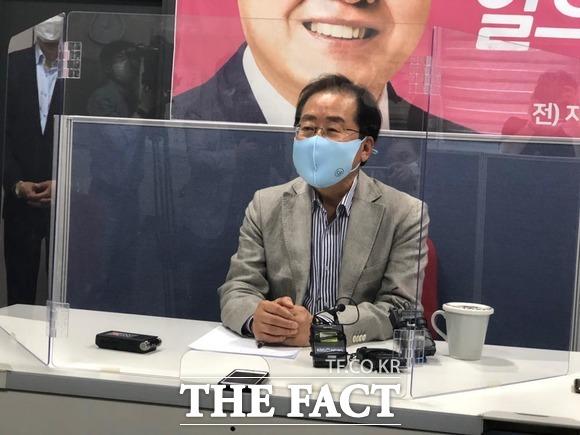 홍준표 국회의원(무소속, 대구수성을)은 서울에 이어 14일 오후 2시 대구 수성구에 위치한 자신의 지역구 사무실에서도 기자회견을 통해 당을 떠난지 1년 2개월이 됐다. 무소속으로 한계를 절실히 느꼈다며 복당의지를 피력했다. / 대구 = 박성원 기자