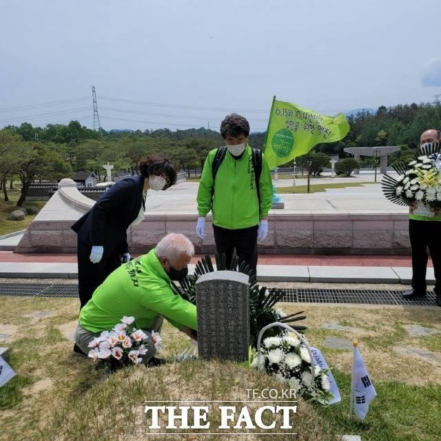 신계륜 전 의원이 신정치문화원 50여명 회원들과 함께 14일 국립5.18 민주묘역을 참배했다. /광주=박호재 기자