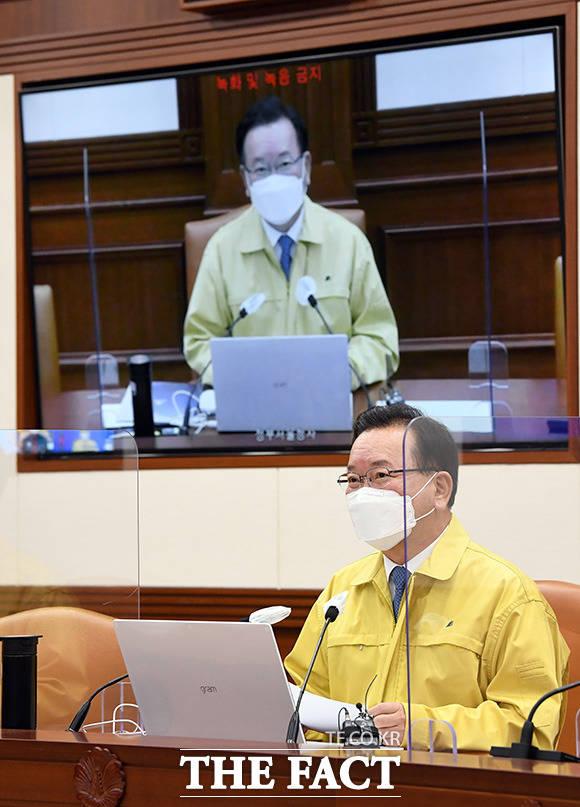 코로나19 대응 중대본 회의에서 모두 발언하는 김 총리. /임영무 기자