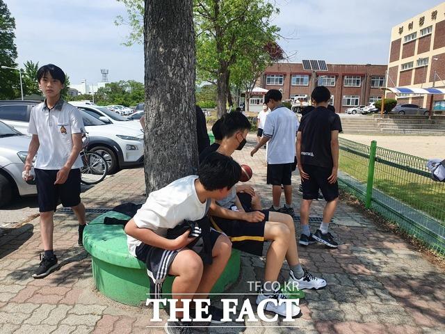 14일 무더워진 날씨에 춘추복을 벗고 하복을 입은 부여중학교 학생들이 햇빛을 피해 나무 그늘에서 삼삼오오 앉아 있다. / 김다소미 기자