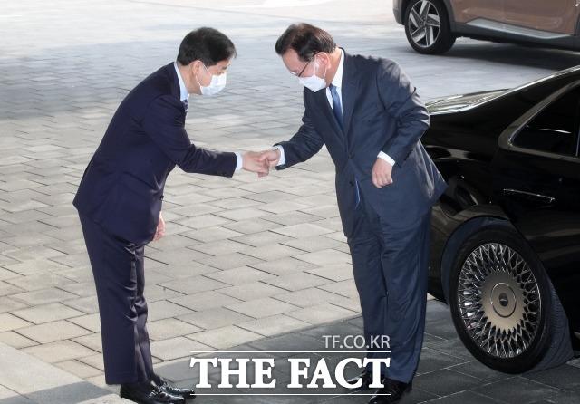 김부겸 총리(오른쪽)가 청사에 도착해 구윤철 국무조정실장과 인사하고 있다. /임영무 기자