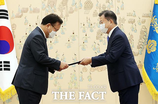 김무겸 신임 국무총리(왼쪽)가 14일 오전 청와대에서 문재인 대통령으로부터 임명장을 받고 있다. /뉴시스
