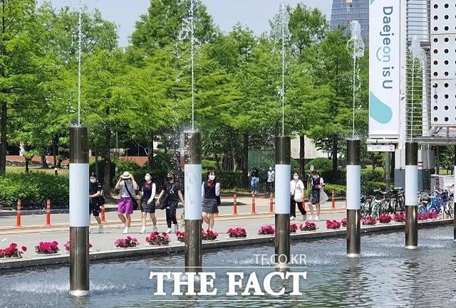 14일 오후 대전 엑스포시민공원 인근 분수대를 찾은 시민들이 산책을 하고 있다. / 김성서 기자