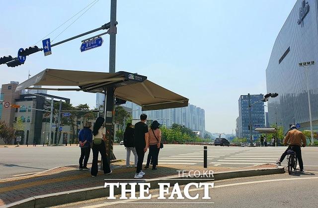 14일 충남 천안의 낮기온이 30도까지 올라 자동으로 펼쳐진 스마트 그늘막에서 시민들이 햇빛을 피하고 있다. / 김아영 기자