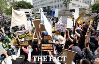 양모가 탄 호송차에 항의하는 시민들 [포토]