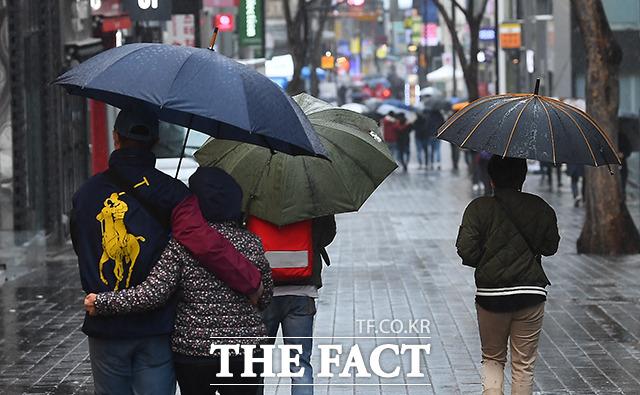 비가 내리는 가운데 서울 중구 명동역 일대에서 시민들이 우산을 쓰고 발걸음을 재촉하고 있다. 기상청은 수도권을 중심으로 새벽부터 오전 사이에 짧은 시간 동안 강한 비가 내리겠다고 예보했다./ 더팩트DB