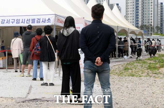 코로나19 신규 확진자가 이틀 연속 600명대를 기록했다. 지난 4월 24일 오전 서울 강서구 마곡8구역 주차장에 마련된 임시선별진료소에서 검사를 기다리며 줄을 서고 있는 시민들. /남용희 기자