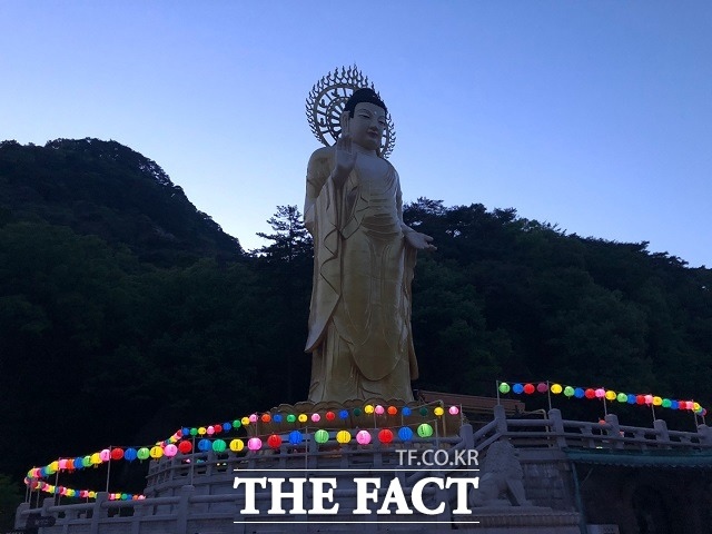 지난 13일 오후 부처님 오신 날(19일)을 앞두고 충북 보은군 속리산면에 있는 법주사에 각종 연등과 현수막이 붙어있다. / 전유진 기자