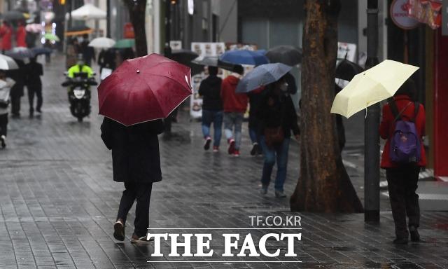 전국에 봄비가 내리는 16일 오전 시민들이 우산을 쓰고 발걸음을 재촉하고 있다. 17일 기상청은 저기압의 영향을 받아 전국에 구름이 끼고 비가 내리는 날씨가 이어질것으로 전망했다. /더팩트DB
