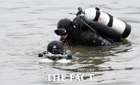 휴대폰 찾아 한강 바닥 샅샅히 수색하는 잠수사들 [포토]