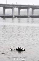 휴대폰 수색하는 해군 군사경찰 [포토]