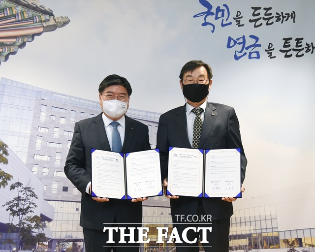 17일 국민연금공단이 가스안전차단기 '타이머콕' 무료 설치를 위한 업무협약을 한국가스안전공사와 체결했다. /국민연금공단 제공