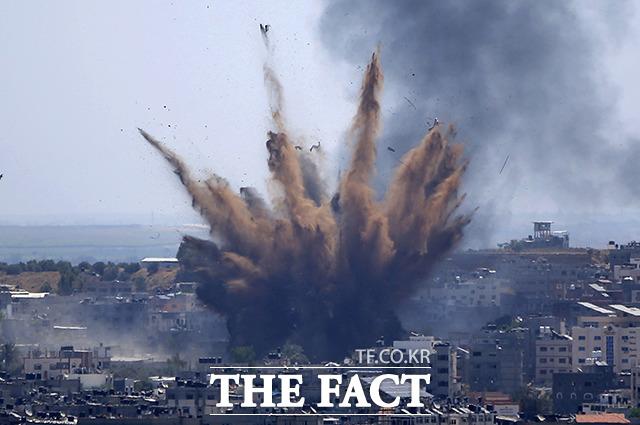 13일(현지시간) 이스라엘군의 공습을 받은 팔레스타인 가자지구의 한 건물에 연기가 피어오르고 있다. /가자지구=AP.뉴시스