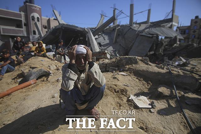 16일(현지시간) 이스라엘군의 공습으로 팔레스타인 가자지구의 건물이 파괴된 가운데 현지인이 절망에 빠져 있다. /가자지구=신화.뉴시스