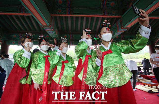 제49회 성년의날 기념행사가 17일 오전 서울 중구 남산골 한옥마을에서 열린 가운데 성년식을 마친 청소년들이 기념사진을 찍고 있다. /임세준 기자