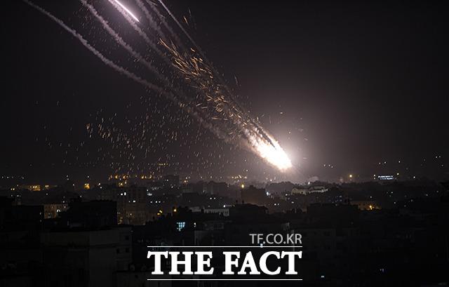 10일(현지시간) 팔레스타인 무장 정파 하마스가 가자 지구에서 발사한 로켓탄이 이스라엘을 향하고 있다. 예루살렘의 날인 이날 하마스는 이스라엘에 로켓탄 여러 발을 발사했고 이스라엘은 가자 지구에 보복 공습을 단행했다. /예루살렘=AP.뉴시스