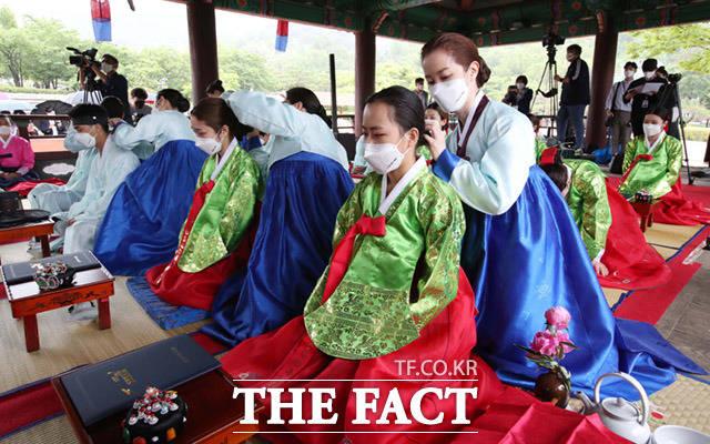 제49회 성년의날 기념행사가 17일 오전 서울 중구 남산골 한옥마을에서 열린 가운데 청소년들이 성년식을 진행하고 있다. /임세준 기자