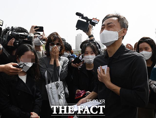 고 손정민 군의 아버지 손현 씨가 어버이날인 8일 오후 서울 서초구 반포한강공원 택시승강장 앞에서 시민들에게 위로의 선물을 받고 눈물을 흘리고 있다. /이동률 기자