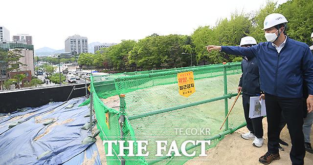 오세훈 서울시장이 도시재생 사업을 축소하고 재개발·재건축을 활성화하겠다는 정책 구상을 밝혔다. 오 시장이 4월27일 오후 서울 종로구 율곡로 도로구조개선공사 현장을 찾아 터널 상부 전망대에서 주위를 둘러보고 있다. /이새롬 기자