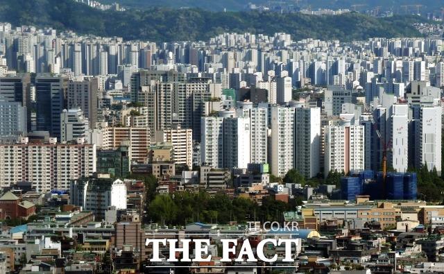 17일 업계에 따르면 부동산 세제 완화가 확실시되면서 서울 부동산 거래량과 매물이 급감하고 있다. 일각에서는 매물 감소로 매도자 우위 시장이 형성되면서 하반기 집값이 급등할 것이라는 우려도 제기된다. /더팩트 DB