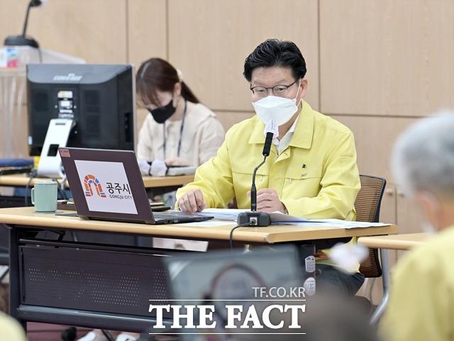 김정섭 공주시장이 17일 주간업무보고회에서 기후위기 능동적 대처와 적극행정을 평치겠다고 발언하고 있다. /공주시제공