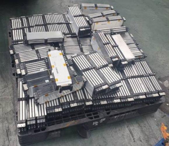 영풍의 건식용융기술은 모듈 파쇄물을 직접 용융로에 넣어 유가금속을 회수한다. /영풍석포제련소 제공