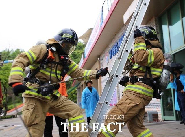 지난 17일 2021 현장에 강한 소방관 선발대회에 참석한 전북도내 소방관들이 화재진압 경연을 펼치고 있다. /전북소방본부 제공