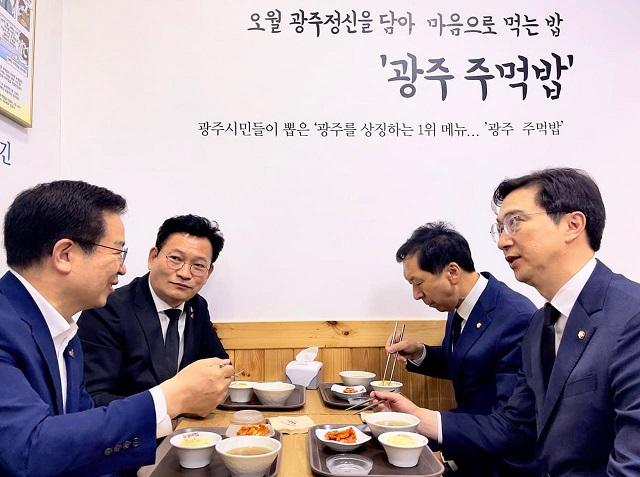 5·18 민주화운동 41주기를 맞아 광주를 찾은 송영길(왼쪽 두 번째) 더불어민주당 대표와 김기현 (왼쪽 세 번째) 국민의힘 원내대표가 기념식에 참석하기에 앞서 광주 광산구의 한 식당에서 식사를 함께했다. 화합과 연대를 상징하는 주먹밥을 먹었지만, 실질적 협치가 이뤄질지는 미지수다. /송 대표 페이스북 갈무리