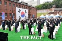 '5.18 민주화운동 제41주년'…만세 삼창하는 참가자들 [TF사진관]