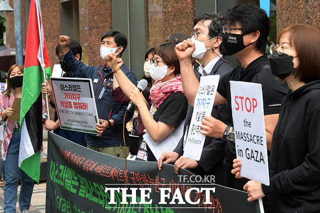 시민사회단체 회원들이 20일 오전 서울 종로구 주한 이스라엘 대사관 앞에서 이스라엘의 팔레스타인 가자지구 침공을 규탄하는 기자회견을 열고 학살 중단 및 점령지 전역에서 철수를 촉구하고 있다. /남용희 기자