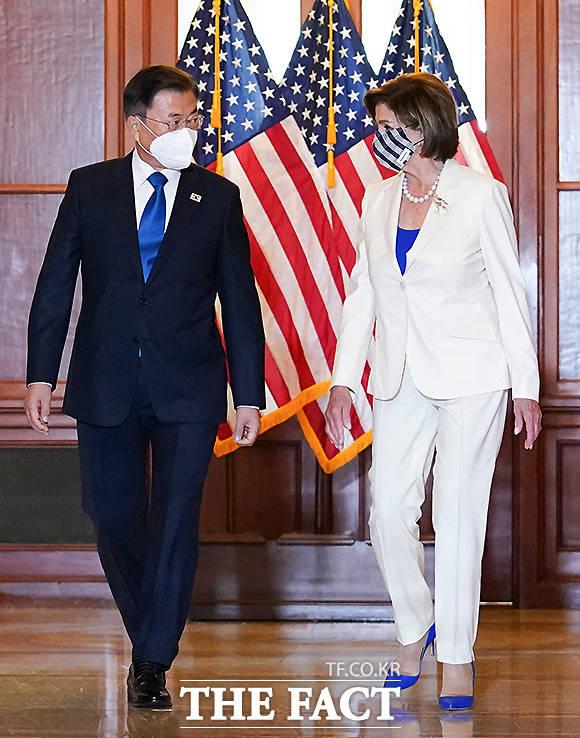 기념촬영 후 이동하는 문 대통령과 낸시 펠로시 미국 연방하원의회 의장.