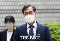 담담한 표정으로 법정 향하는 정진웅 [포토]