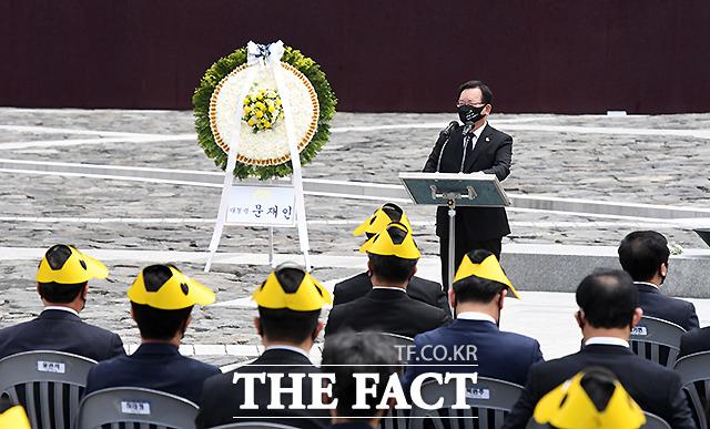김부겸 국무총리가 노무현 전 대통령 서거 12주기 추도식에서 추도사를 하고 있다.