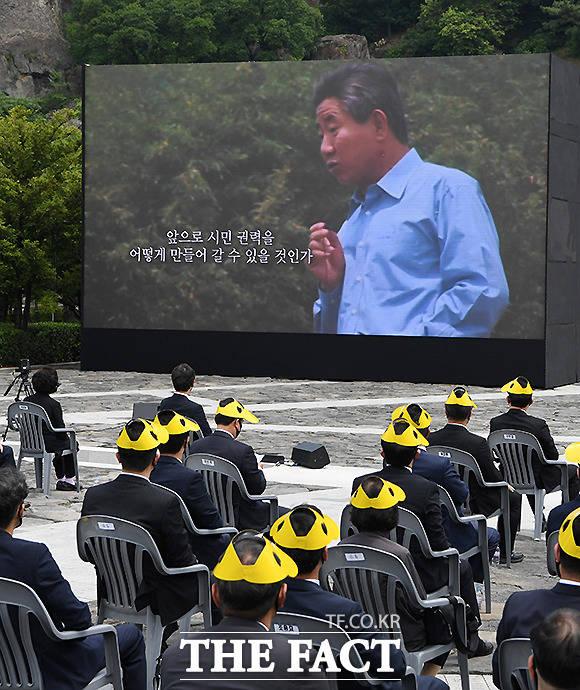 노무현 전 대통령의 생전 영상 시청하는 참석자들.