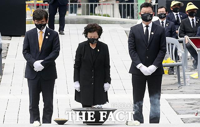 묘역에 참배하는 권양숙 여사, 유시민 노무현재단 이사장, 곽상언 변호사(왼쪽부터).