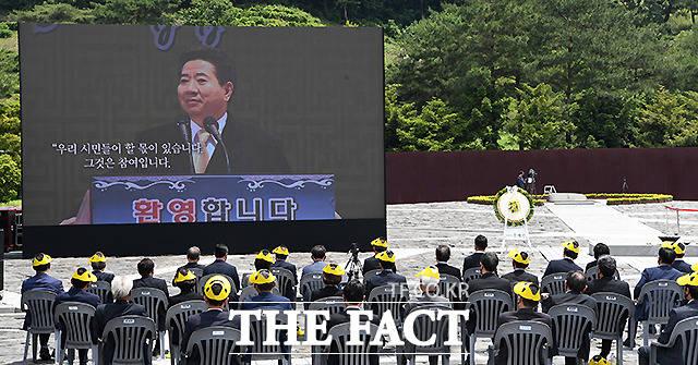 23일 경남 김해시 진영읍 봉하마을에서 노무현 전 대통령 서거 12주기 추도식이 엄수되고 있다.