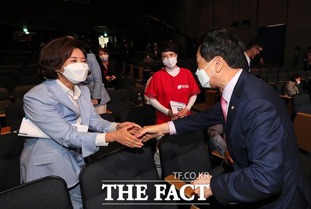 김기현 국민의힘 당대표 권한대행 겸 원내대표(오른쪽)와 인사하는 나경원 당대표 후보