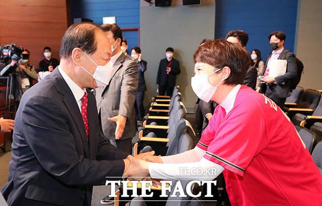 황우여 국민의힘 선거관리위원장(왼쪽)과 인사하는 김은혜 후보