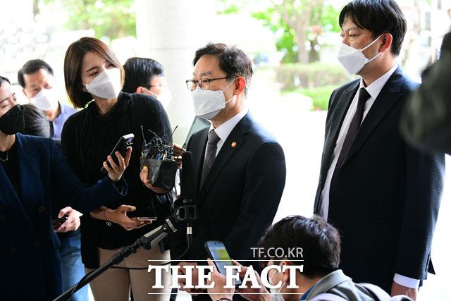 재판 출석과 관련해 취재진과 질의 답변하는 박범계 장관.
