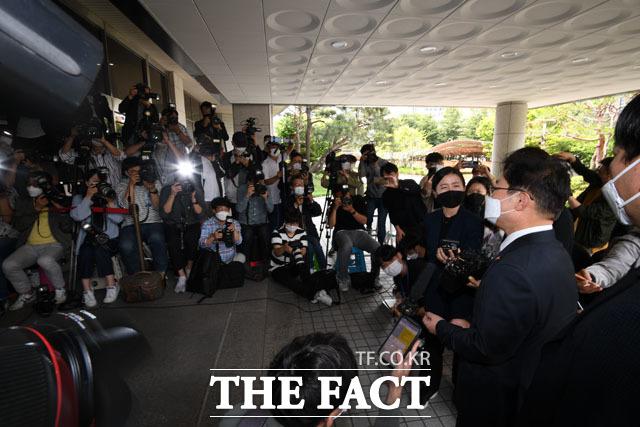 현직 법무부 장관의 재판 출석에 집중된 언론의 카메라들.