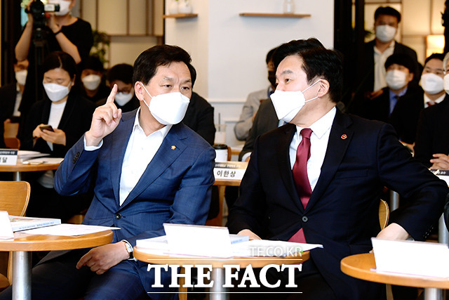 대화하는 김 권한대행과, 원 제주도지사
