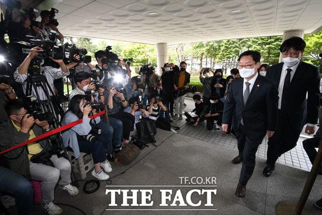박범계 법무부 장관(오른쪽)이 26일 오후 서울 양천구 서울남부지방법원에서 열린 패스트트랙 충돌 사건 재판에 출석하고 있다. /남윤호 기자
