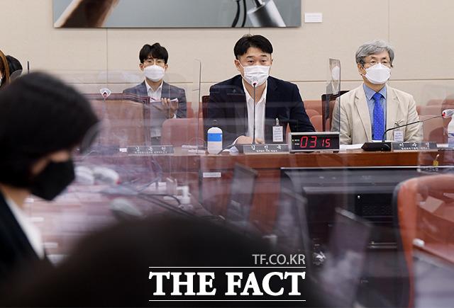 첫 진술인으로 발언하는 김진욱 법무법인 주원 변호사