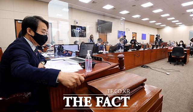 전체회의 개회를 선언하는 이원욱 위원장