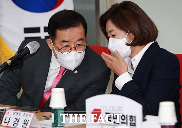 대화하는 나 후보(오른쪽)와 박성중 서울시당위원장.