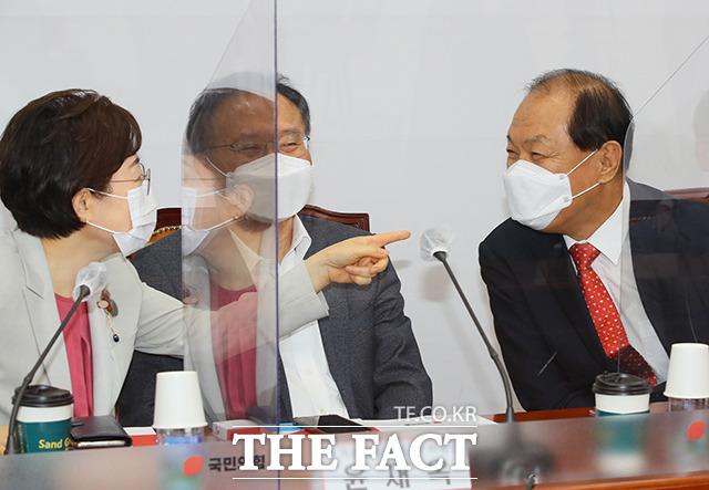 결과발표 후 윤재옥(가운데), 김정재 의원과 대화하는 황우여 위원장