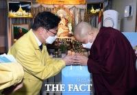 미얀마 승려에게 마스크 전달하는 박범계 장관 [포토]