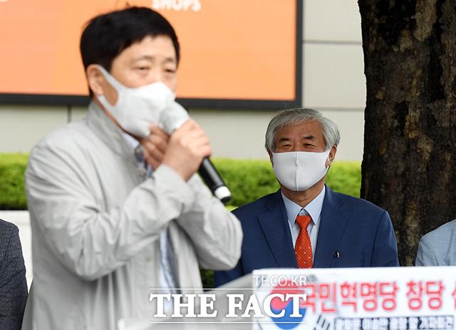 창당 지지 발언하는 박상학 자유북한운동연합 대표를 바라보는 전광훈 목사(오른쪽).