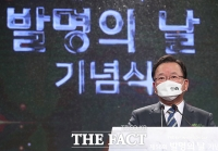 김부겸 총리, '발명의 날' 우수 발명품 살피고 유공자 포상 [TF사진관]